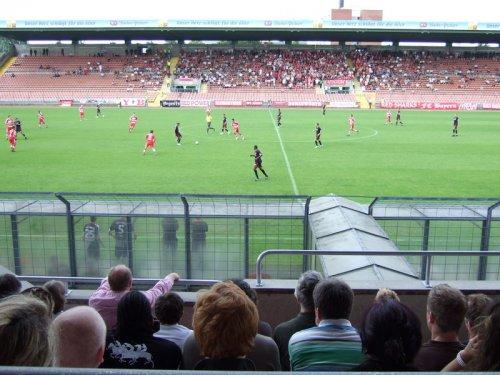 Im Grünwalder Stadion. Der Mann im rosa Hemd ist übrigens der Uli.