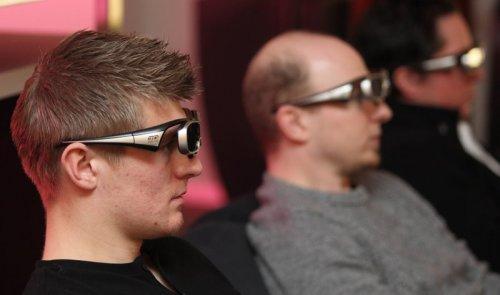 Toni Kroos (links) guckt 3D-TV (Foto: Alexandra Beier/Deutsche Telekom AG)